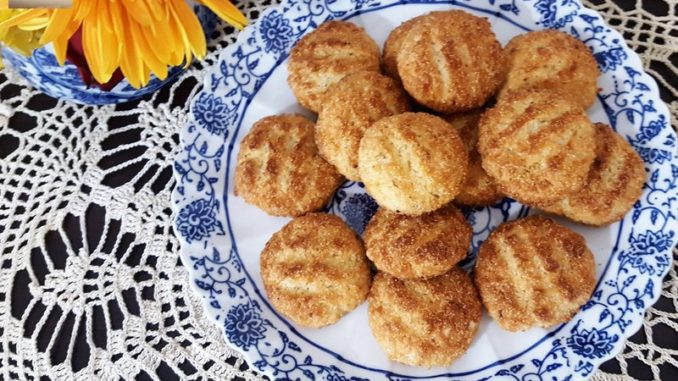Quick Bolinhas (coconut-semolina cookie)